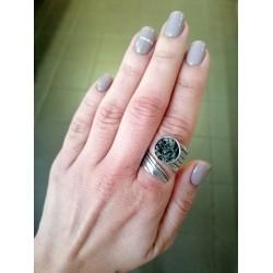 Δαχτυλίδι ασημί γυριστό με πράσινο πέτρωμα